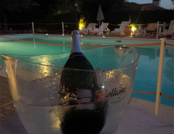 Servizio bar in piscina | Servizi Villaggio Borgoverde Imperia
