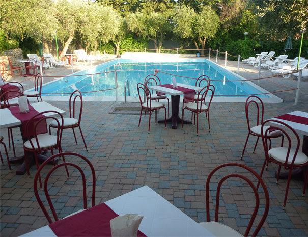 Area bar a servizio delle piscine | Servizi Villaggio Borgoverde Imperia