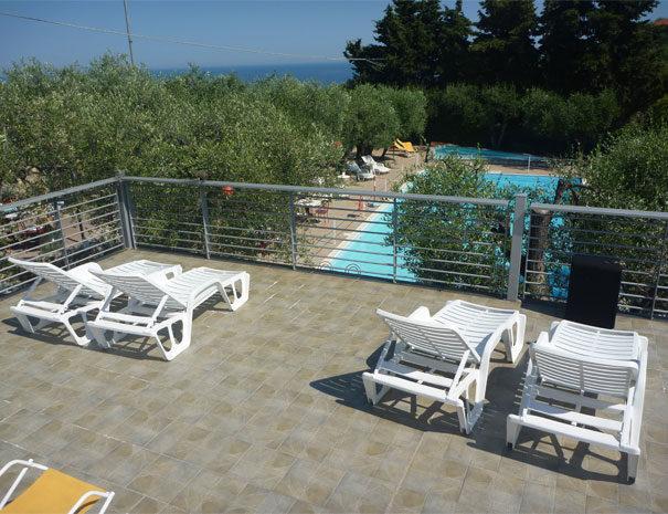 Terrazza solarium e piscine | Servizi Villaggio Borgoverde Imperia