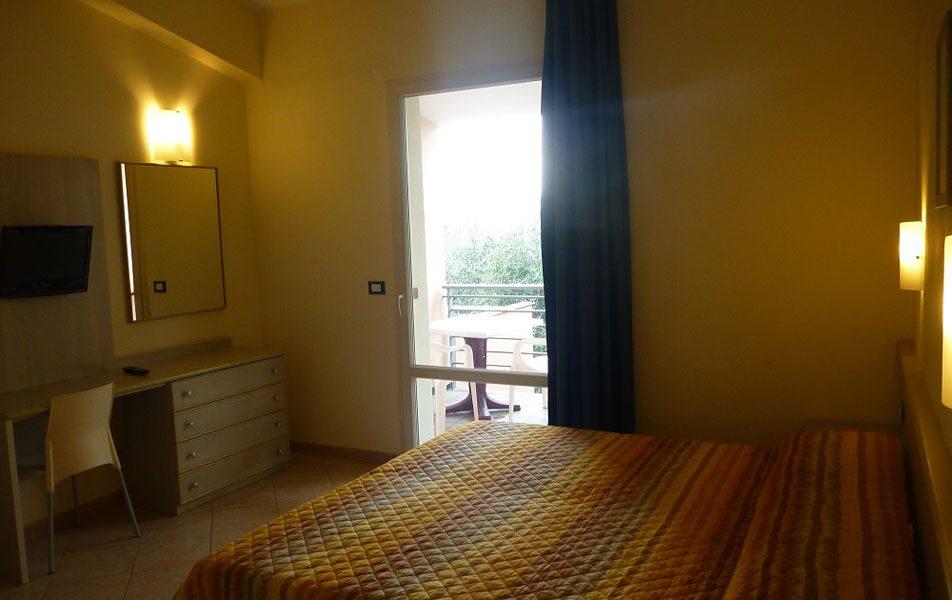 Holiday apartments for 2-6 people: double bedroom | Villaggio Borgoverde Imperia